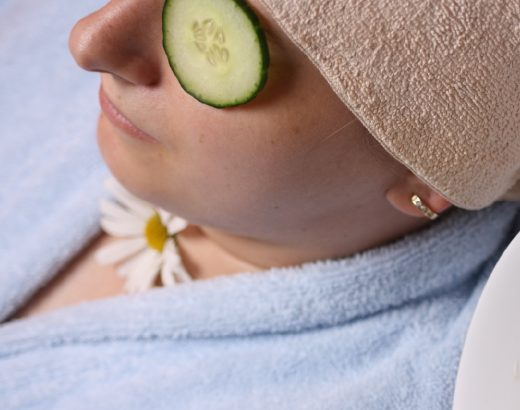 Slices-of-cucumbers-placed-on-eye-bags